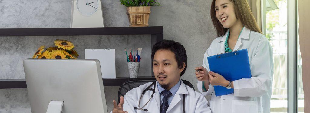 Médicos analisam o prontuário eletrônico