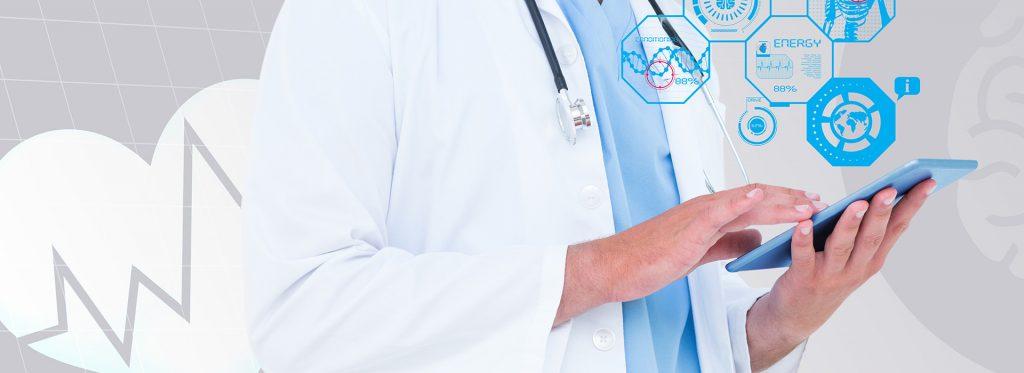 tecnologia na saúde com médico no tablet