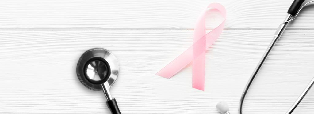 Estetoscópio com fita da campanha outubro rosa